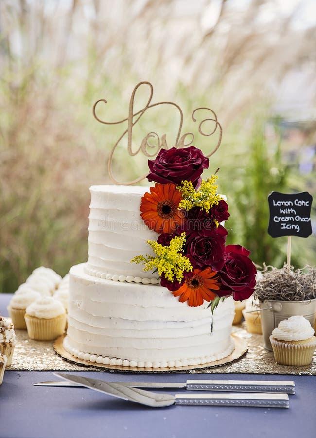 Gâteau de mariage sur la table au mariage de jardin images stock