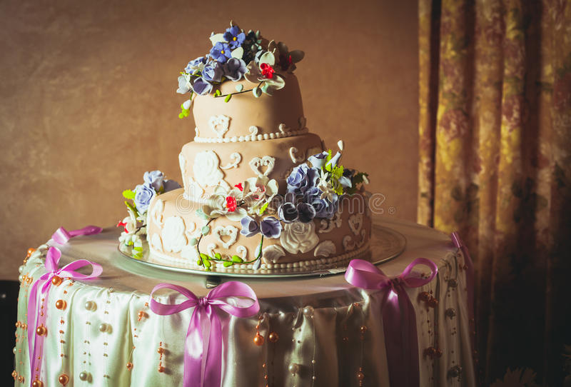gâteau de mariage Trois-raconté photo stock