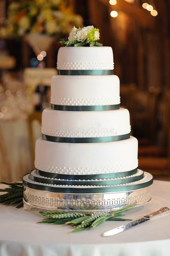 Gâteau de mariage vert et blanc. images libres de droits