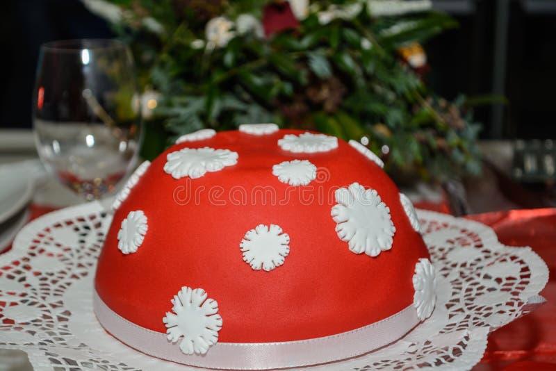 Gâteau de massepain avec le glaçage rouge photographie stock
