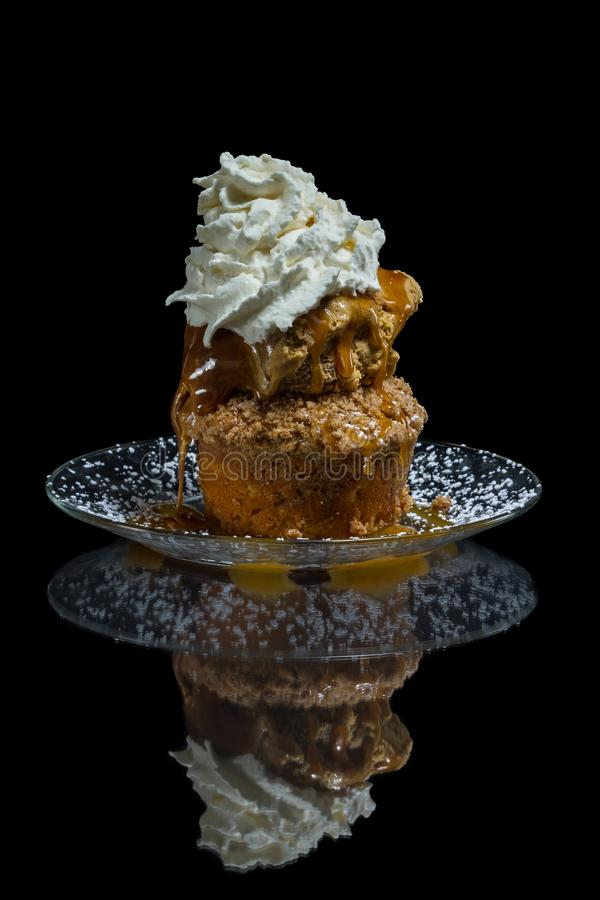 Gâteau de miette d'Apple avec la crème glacée  photographie stock