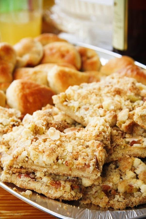 Gâteau de miette de rhubarbe avec des copeaux d'amande sur la table images libres de droits