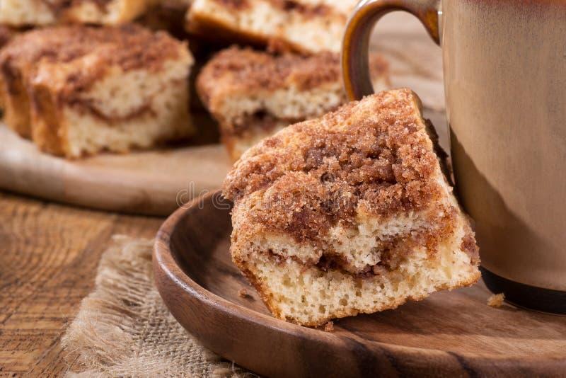 Gâteau de miette de remous de cannelle images stock