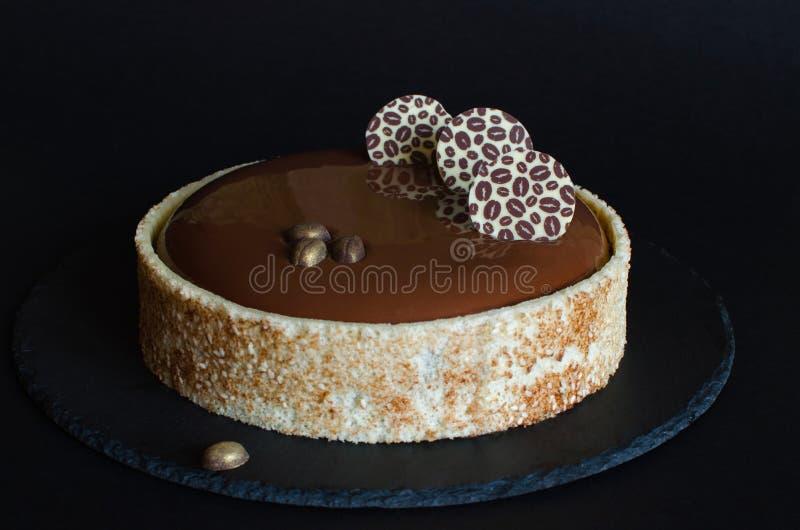 Gâteau de mousse de café de chocolat couvert de lustre de chocolat photos libres de droits