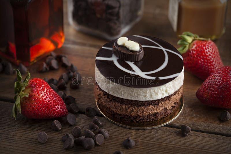 Gâteau de mousse de chocolat avec la fraise photographie stock libre de droits