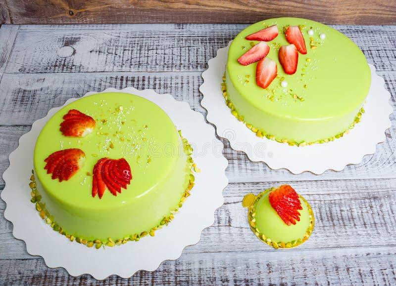 Gâteau de mousse de lustre de miroir avec des fraises et des pistaches photos stock