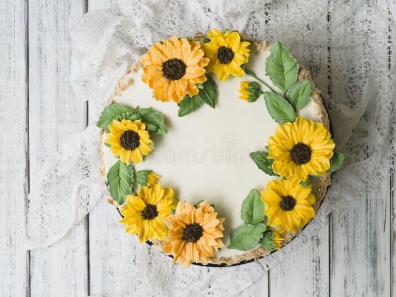Gâteau de napoléon avec de la crème de vanille, décorée des fleurs de buttercream - tournesols Type de cru Fond en bois, dentelle photos stock