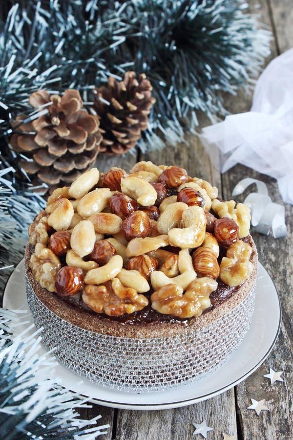Gâteau de Noël avec les écrous, le chocolat et les épices caramélisés images libres de droits