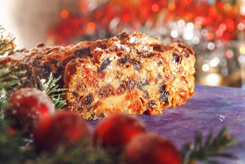 Gâteau de Noël avec les fruits secs et les fruits glacés photos libres de droits