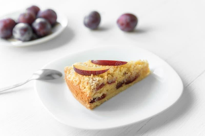 Gâteau de noix de coco avec des prunes images stock