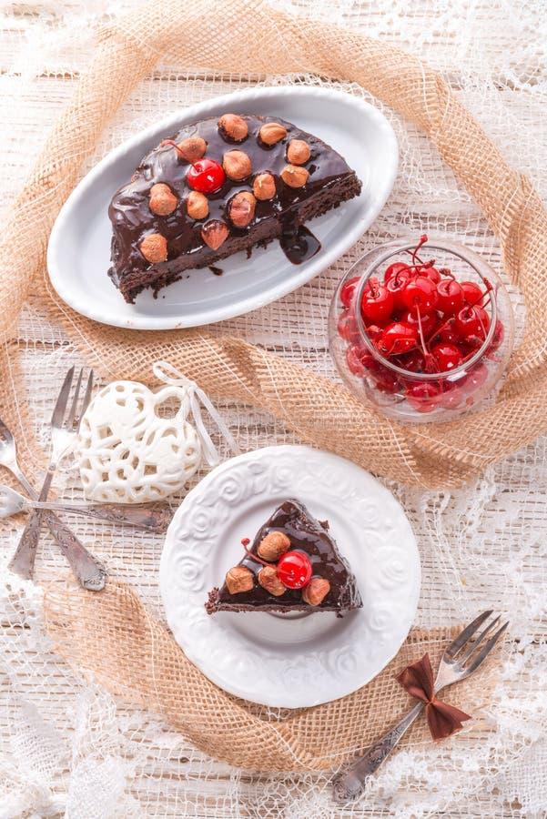 Gâteau de noix de chocolat avec des cerises photographie stock