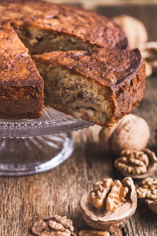 Gâteau de noix sur le cakestand, dessert délicieux images stock