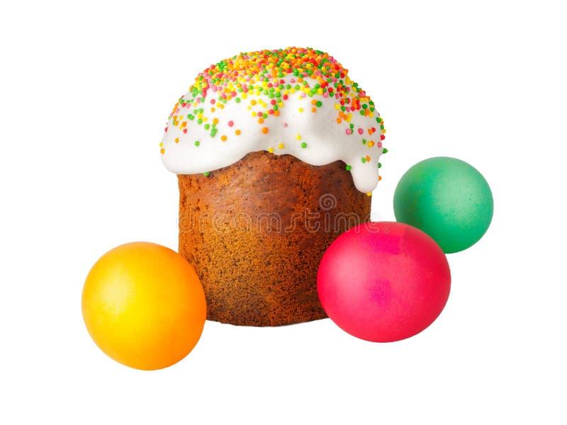 Gâteau de Pâques avec le chapeau blanc du glaçage et de la poudre colorée, oeufs de pâques peints d'isolement sur le fond blanc t photos libres de droits