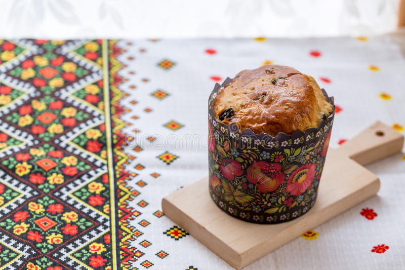 Gâteau de Pâques avec le raisin sec et les fruits avec les décorations ukrainiennes photos libres de droits