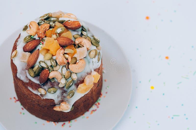 Gâteau de Pâques décoré du glaçage, des écrous et des fruits glacés photo libre de droits
