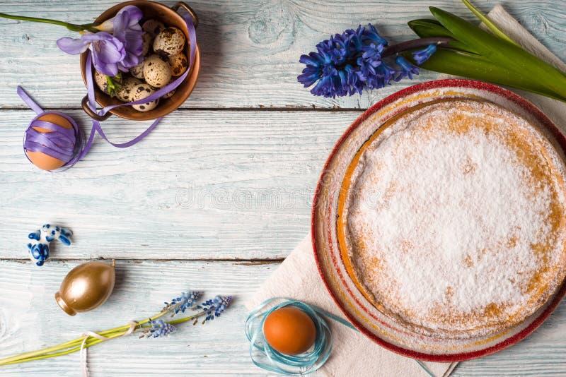 Gâteau de Pâques d'Allemand, oeufs, fleur sur la table image stock