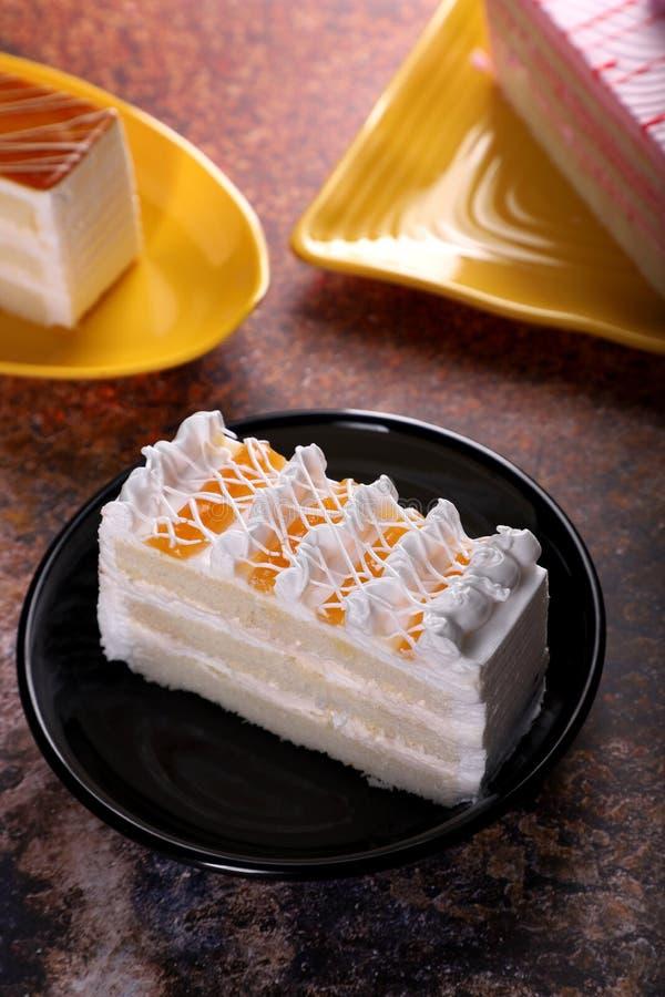 Gâteau de pâtisserie fraîchement désert sur un arrière-plan rustique photo stock