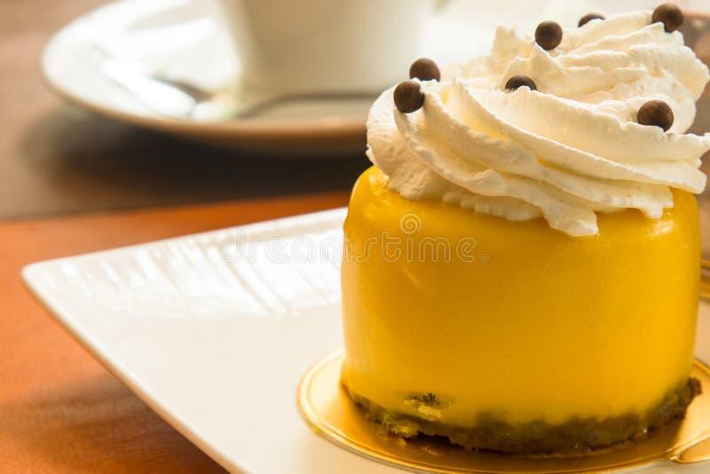 Gâteau de passiflore comestible de passiflore, l'écrimage de gâteau de fruit tropical photographie stock