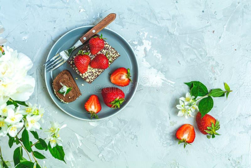 Gâteau de petit pain de chocolat avec les fraises fraîches image stock