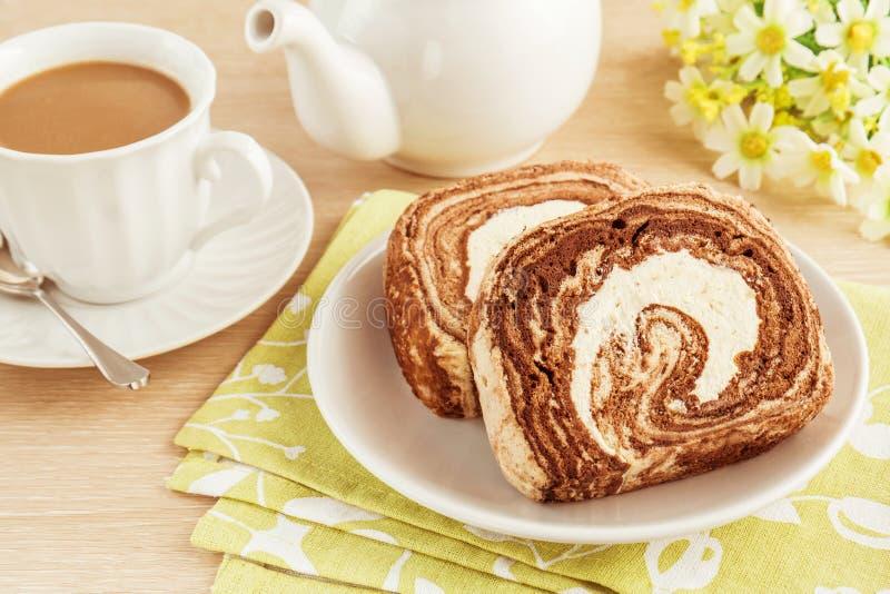 Gâteau de petit pain de chocolat et café, image filtrée photographie stock libre de droits