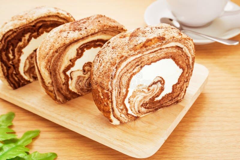 Gâteau de petit pain de chocolat et café, image filtrée photographie stock