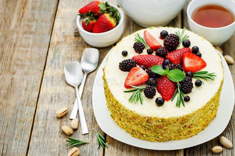 Gâteau de pistache avec la compote de baie et la mousse de romarin photos libres de droits