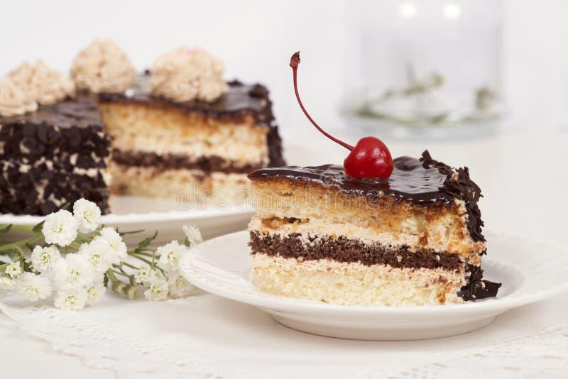 Gâteau de plat sur la table photo stock