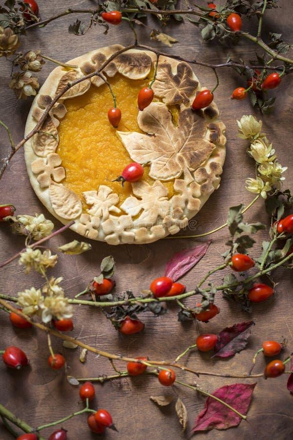 Gâteau de potiron décoré des chiffres faits de pâte pour tomber style image libre de droits