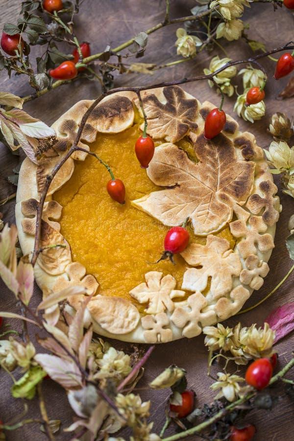 Gâteau de potiron décoré des chiffres faits de pâte pour tomber style photographie stock libre de droits