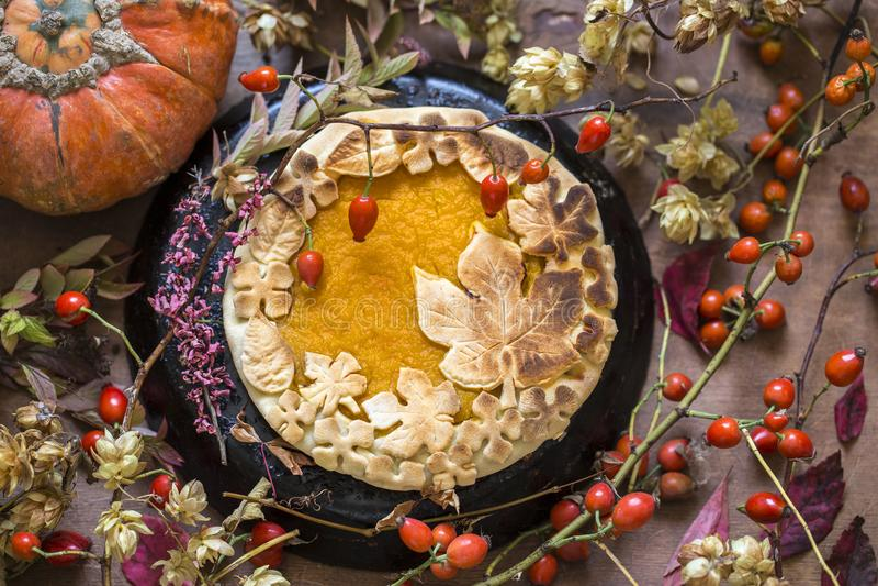 Gâteau de potiron décoré des chiffres faits de pâte pour tomber style photos libres de droits