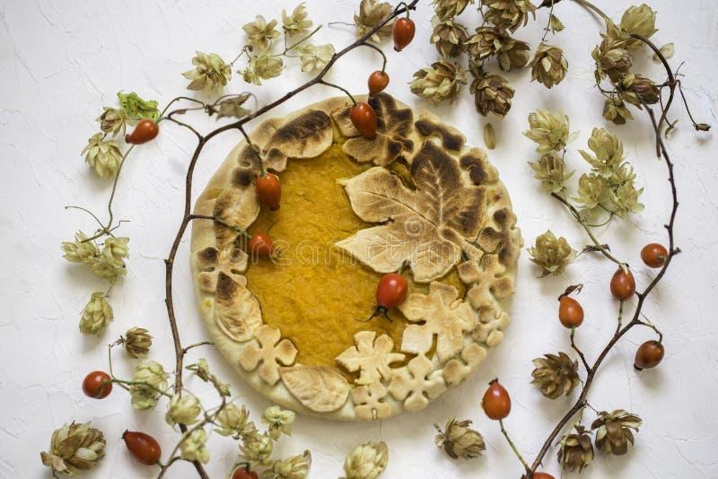 Gâteau de potiron décoré des chiffres faits de pâte pour tomber style photographie stock