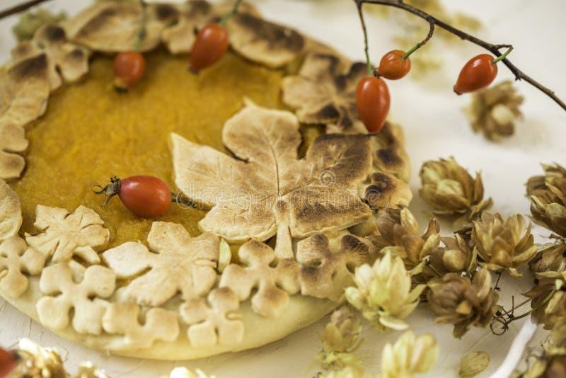 Gâteau de potiron décoré des chiffres faits de pâte pour tomber style photo libre de droits