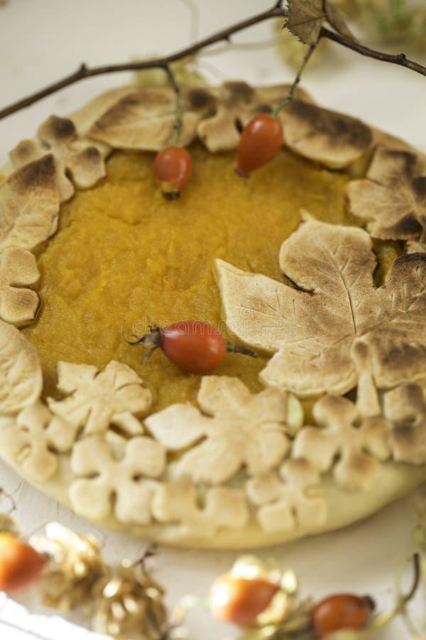 Gâteau de potiron décoré des chiffres faits de pâte pour tomber style photo stock