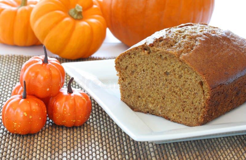 Gâteau de potiron de Veille de la toussaint entouré par Pumpkins image libre de droits