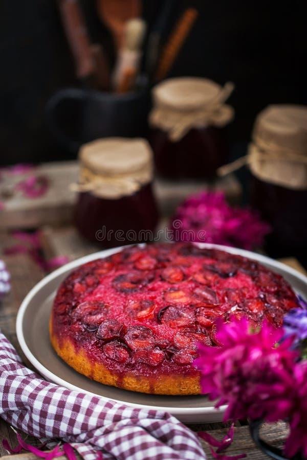 Gâteau de prune fraîchement fait maison photos stock