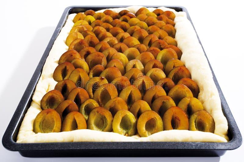 Gâteau de prune sur le plateau de cuisson, plan rapproché image stock