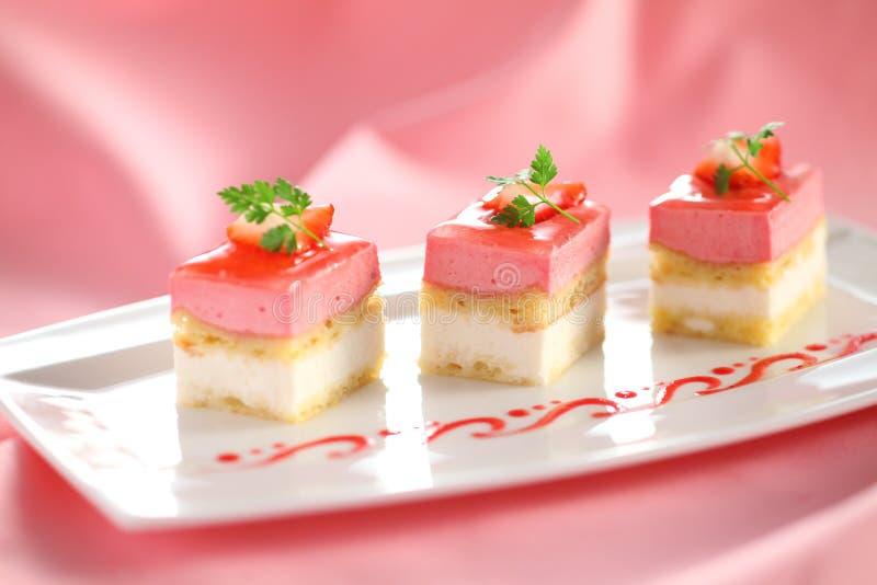 Gâteau de pudding avec les feuilles en bon état et la fraise du plat blanc avec image libre de droits
