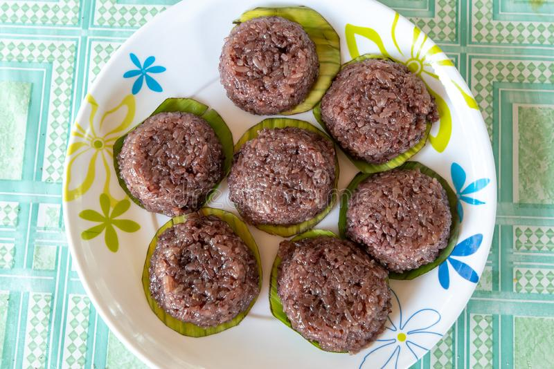 Gâteau de riz philippin avec le sirop de noix de coco photographie stock libre de droits