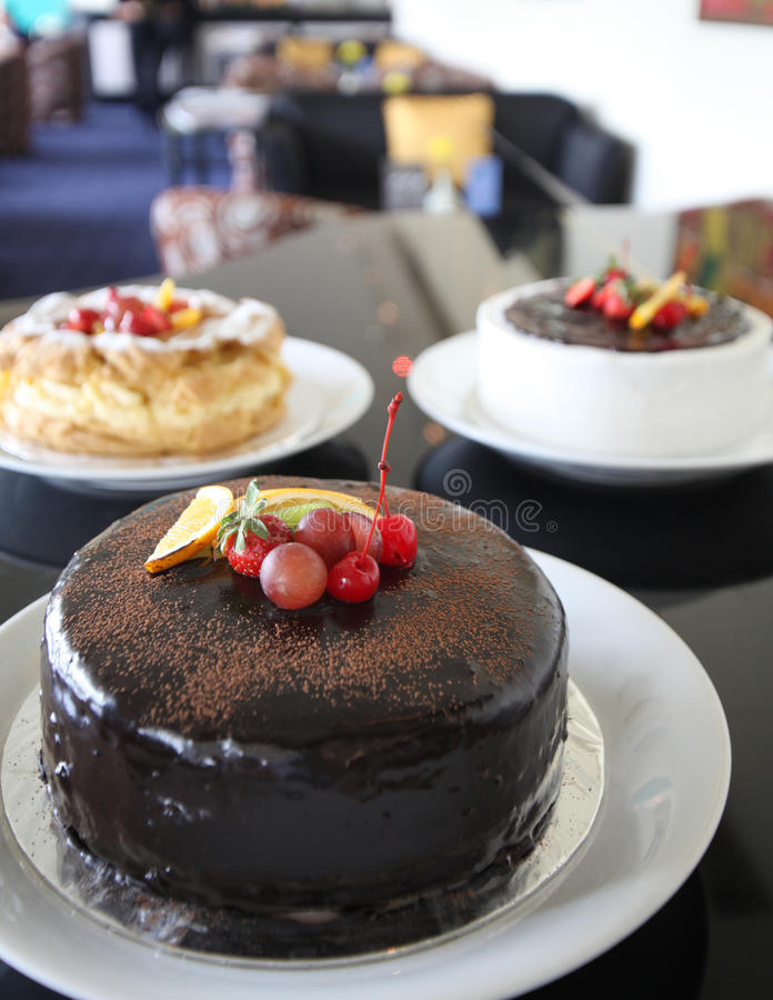 Gâteau de sacher de chocolat photographie stock libre de droits