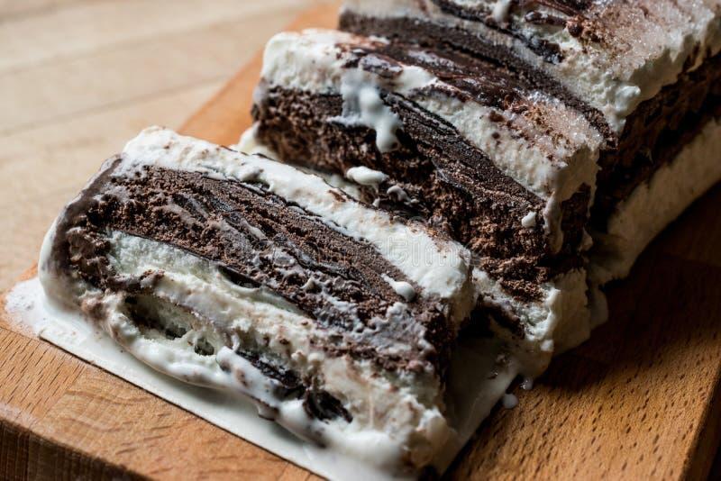 Gâteau de Semifreddo - crème glacée avec du chocolat et la vanille dessert semi-congelé image stock