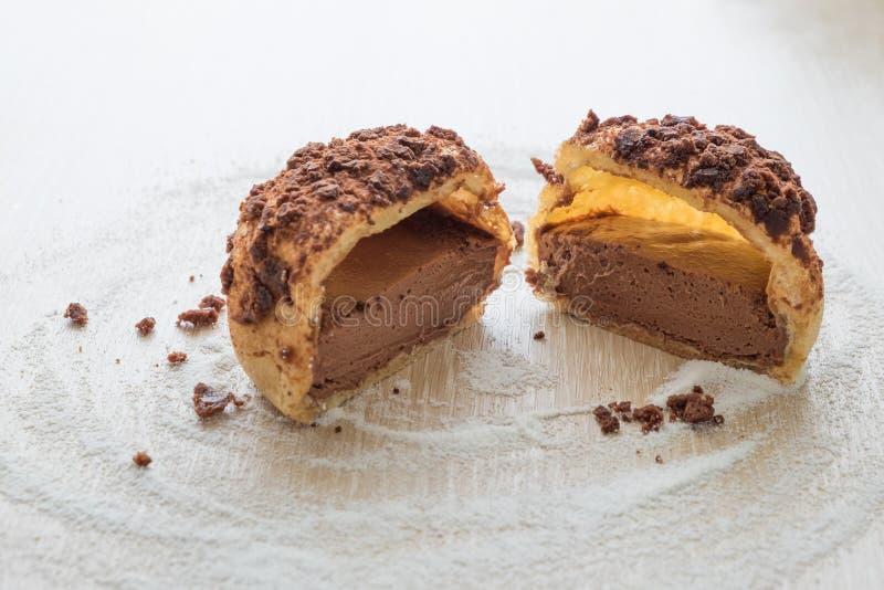 Gâteau de souffle crème de chocolat Gâteau d'Eclair photographie stock