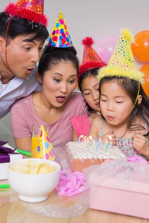 Gâteau de soufflement de famille à une fête d'anniversaire photographie stock