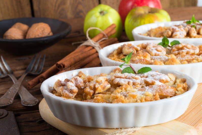 Gâteau de streusel de noix d'Apple photographie stock libre de droits