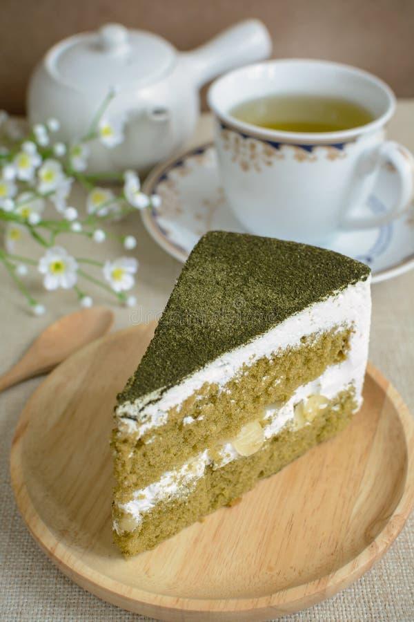Gâteau de thé vert de Matcha de Japonais avec la tasse de thé image stock