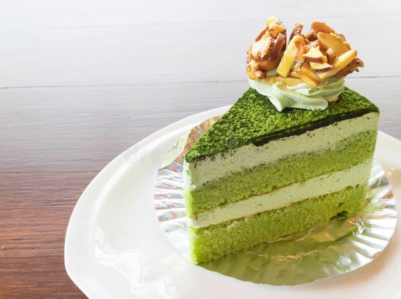 Gâteau de thé vert de matcha de plan rapproché dans le café avec le backgro de nature photos libres de droits