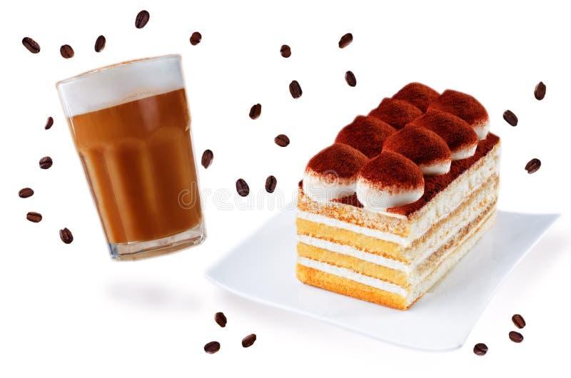 Gâteau de tiramisu d'un plat blanc avec le verre de cofee d'isolement photographie stock