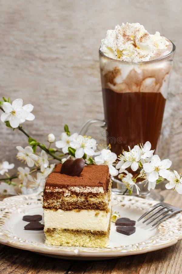 Gâteau de tiramisu du plat blanc photographie stock libre de droits