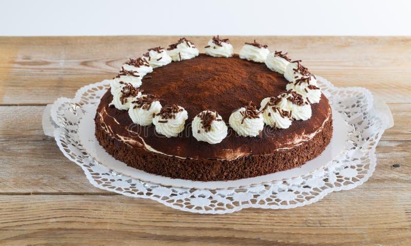 Gâteau de tiramisu sur le bois cru rustique photos stock