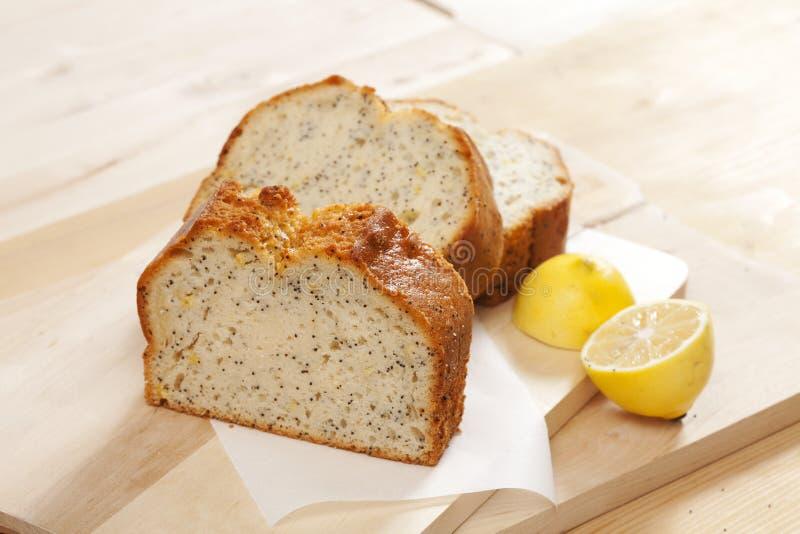 Gâteau de trois tranches avec le pavot photographie stock