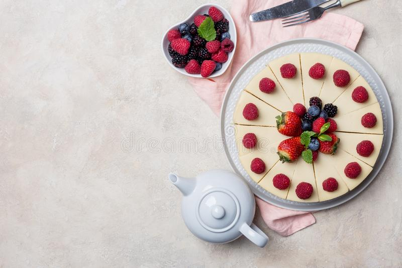Gâteau de vacances de vue supérieure avec des baies sur le fond clair images libres de droits